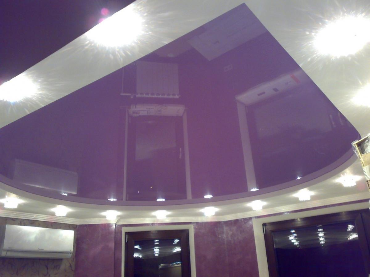 Глянцевый натяжной потолок.