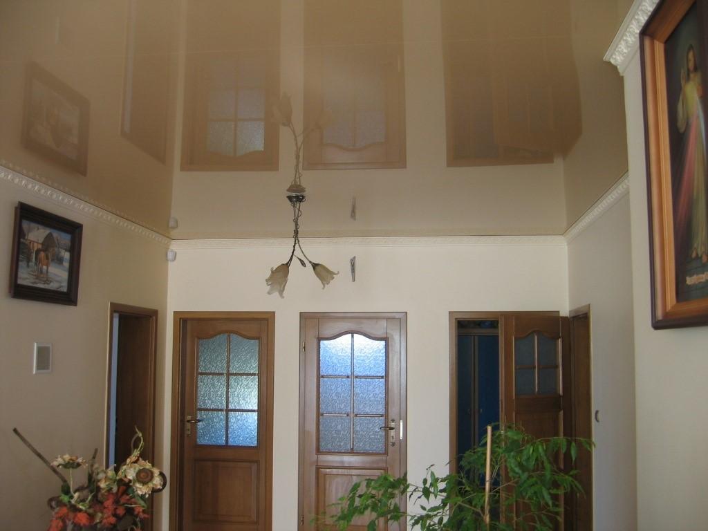 Бежевый потолок