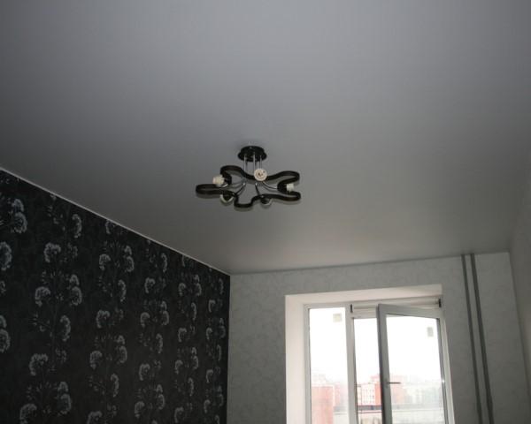 Белый матовый потолок.