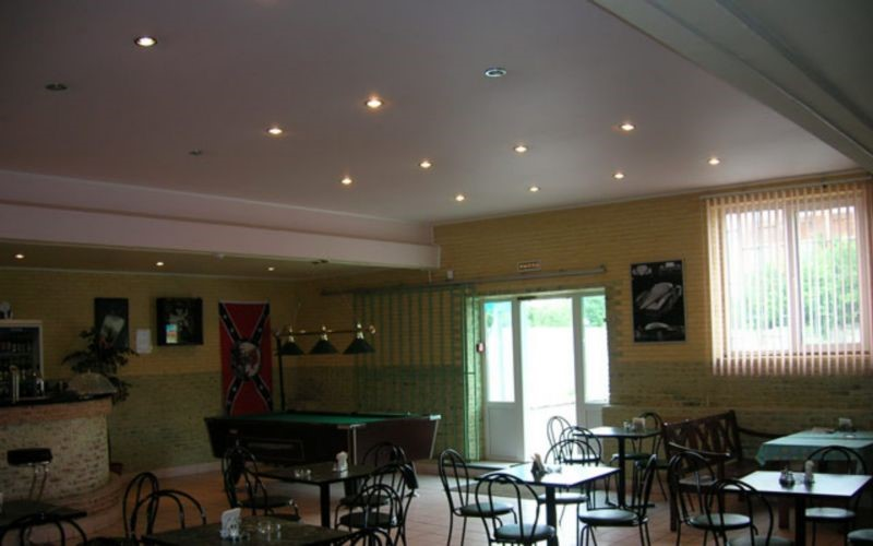 Матовый потолок в кафе