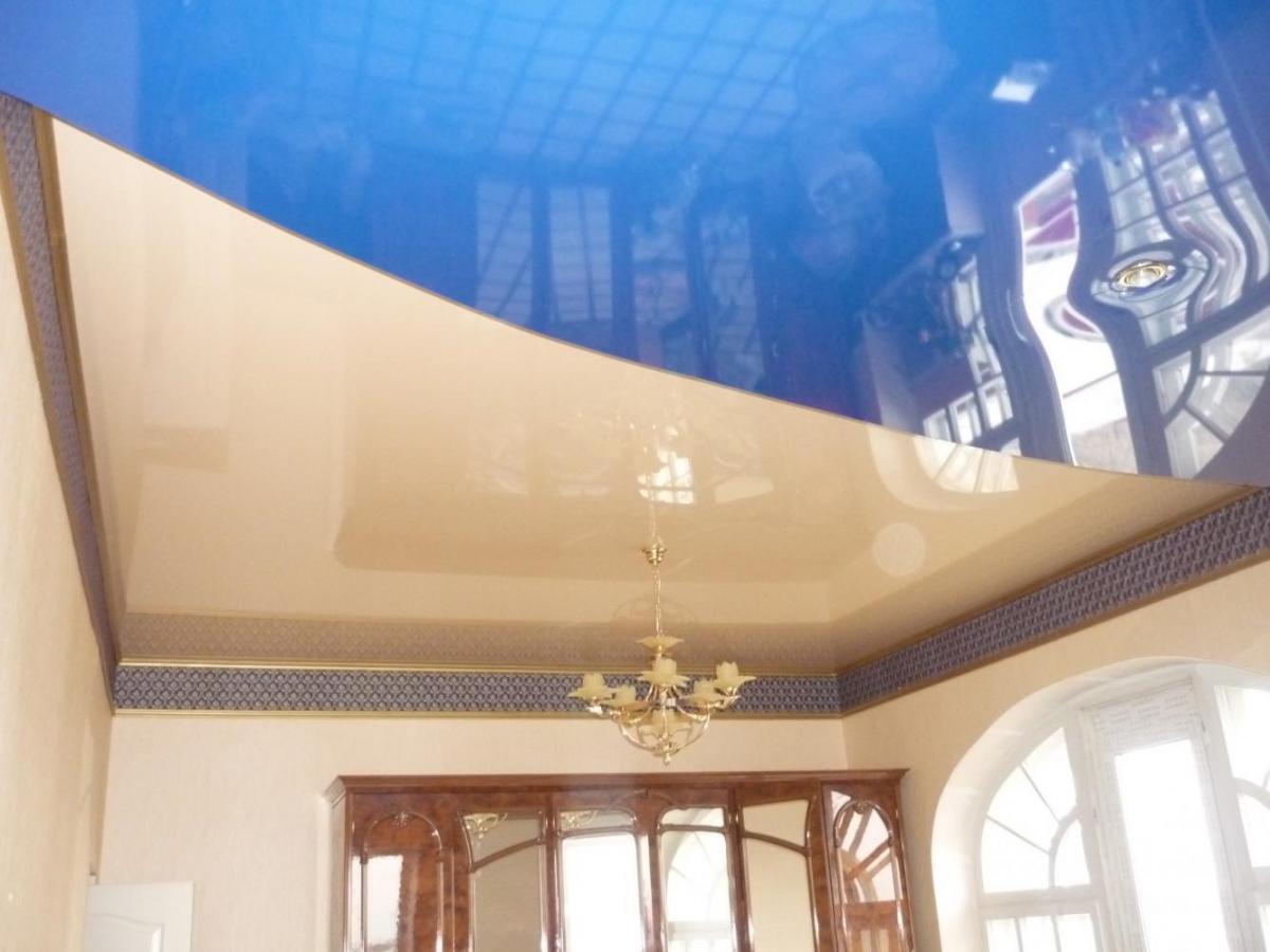 Комбинированный глянцевый натяжной потолок