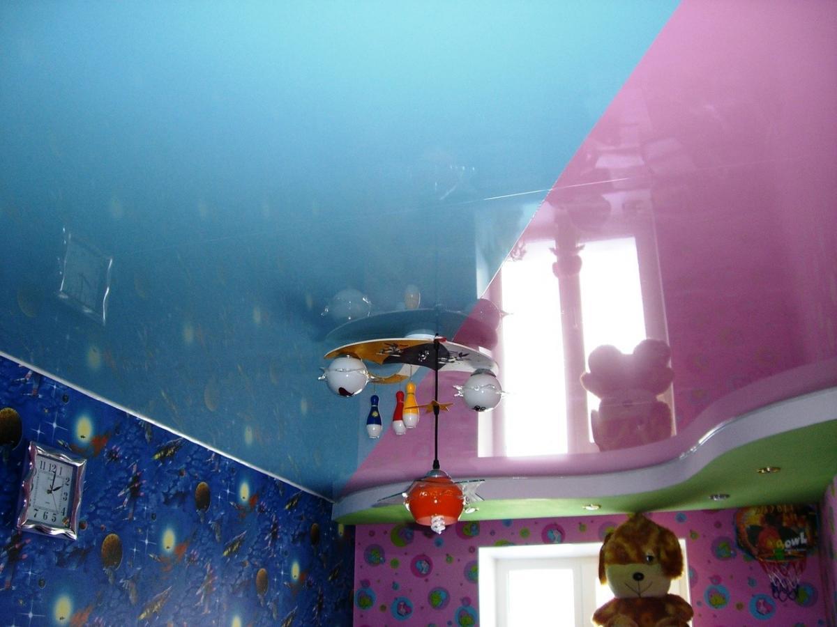 глянцевый потолок в детскую