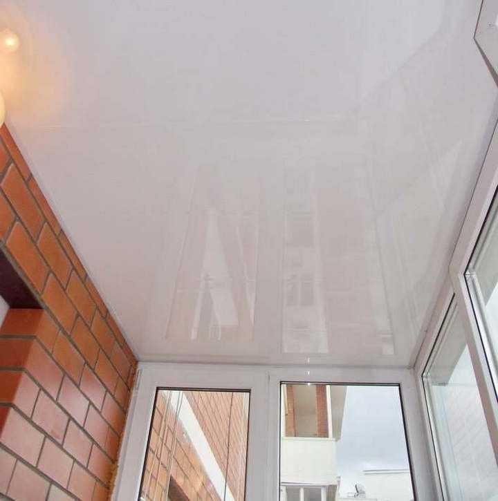 глянцевый натяжной потолок на балкон
