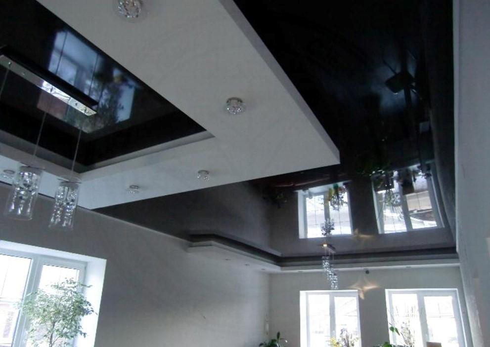 Глянцевый потолок в коттедж