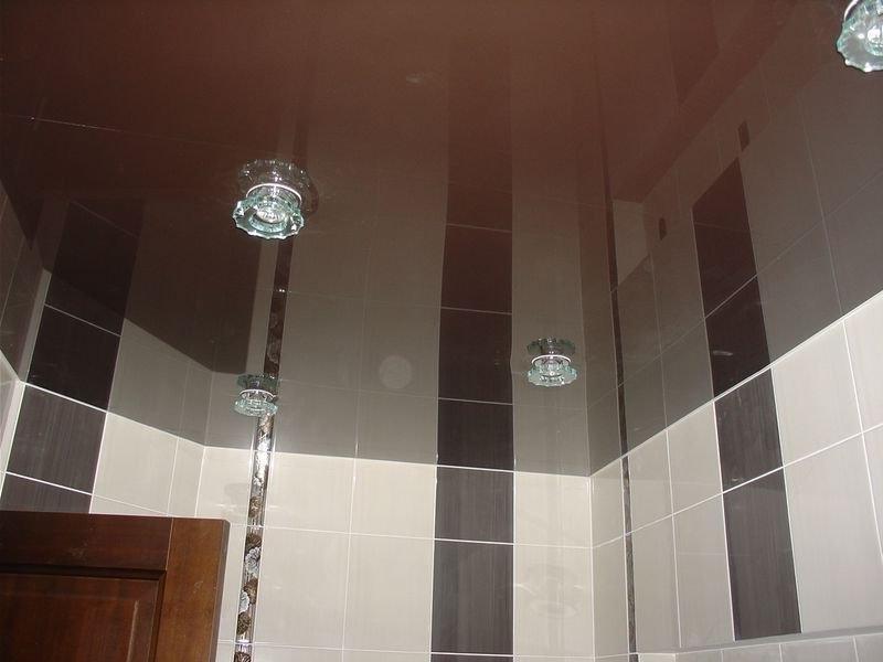 глянцевый натяжной потолок в туалет