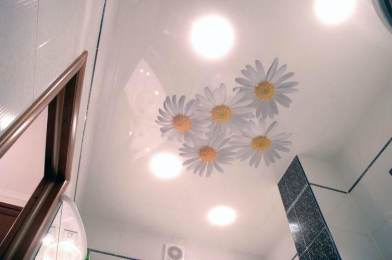 глянцевый потолок в туалет