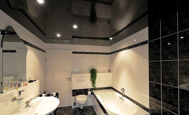 Глянцевый потолок в ванную