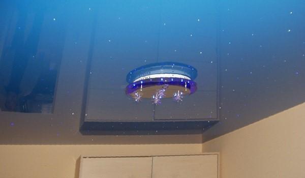 Голубой глянцевый натяжной потолок