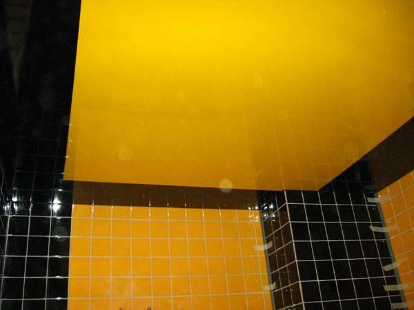 Глянцевый желтый натяжной потолок