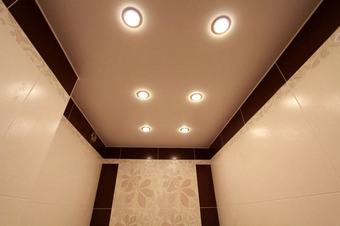 Матовый натяжной потолок в ванную