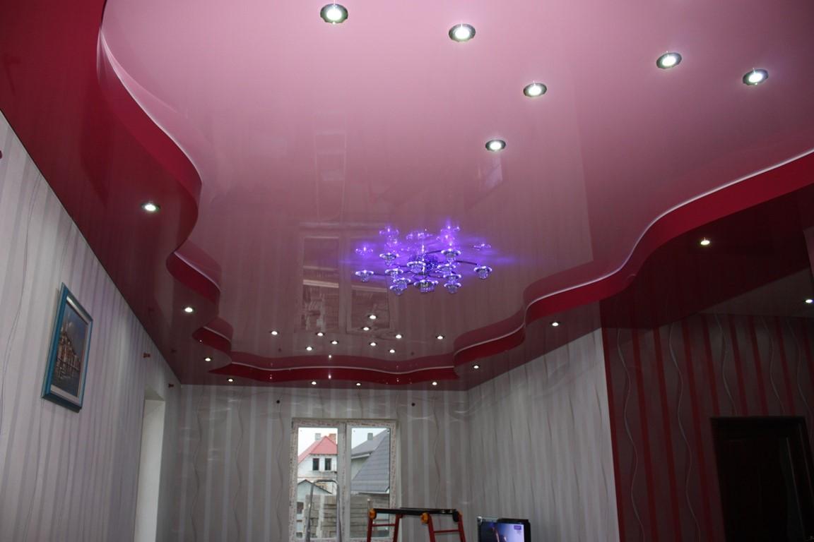 Цветной двухуровневый потолок.