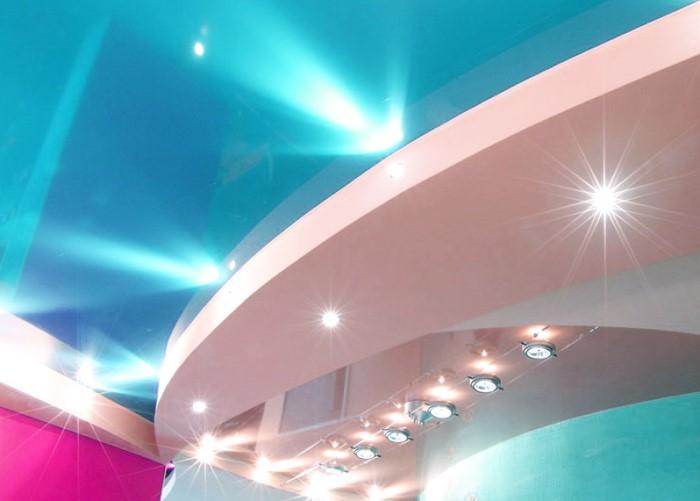 Двухуровневый потолок с подсветкой.