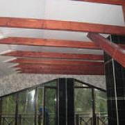 фото натяжного потолка в деревянном доме