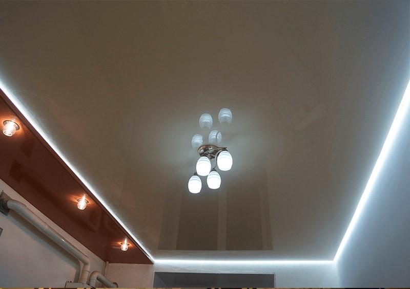 глянцевый потолок с подсветкой