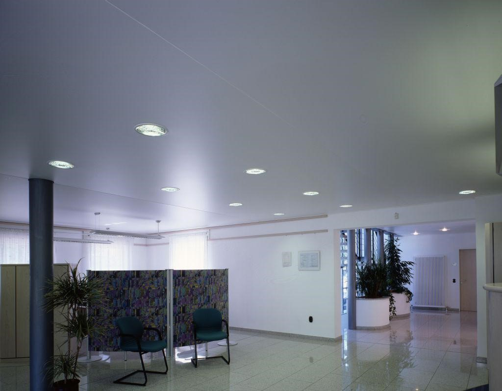 матовый потолок в офис