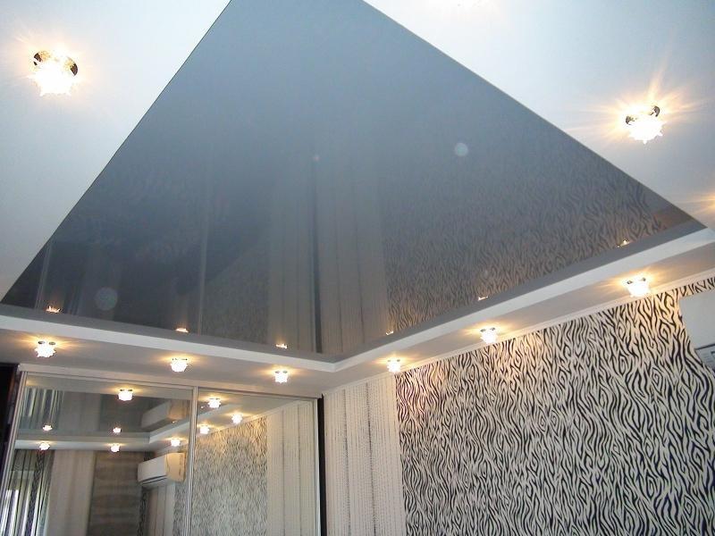 Серый натяжной потолок.