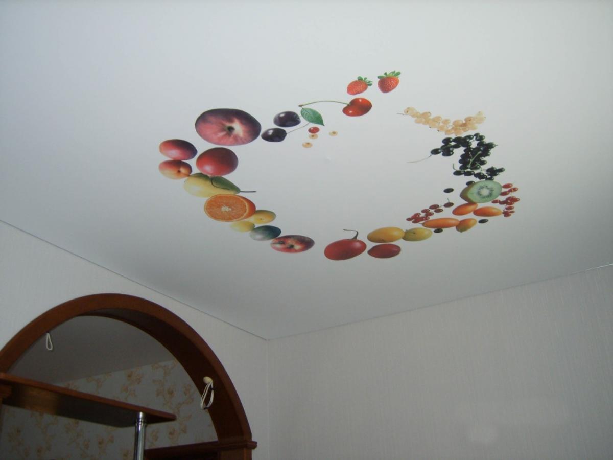 Тканевый натяжной потолок на кухне
