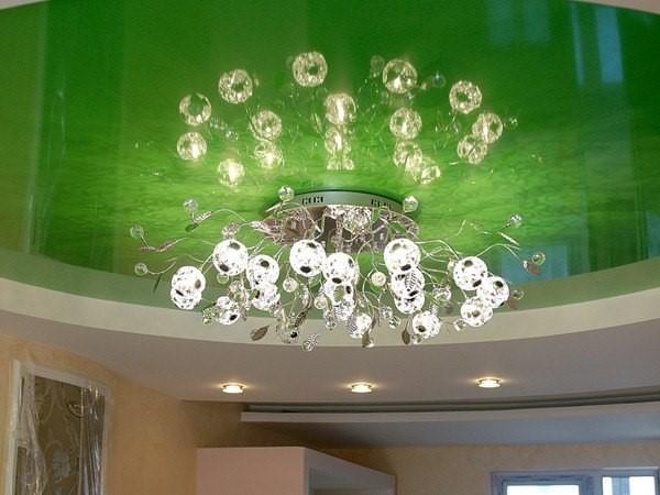 Зеленый натяжной потолок.