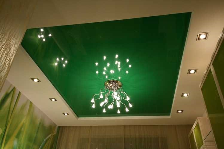 Глянцевый зеленый натяжной потолок.