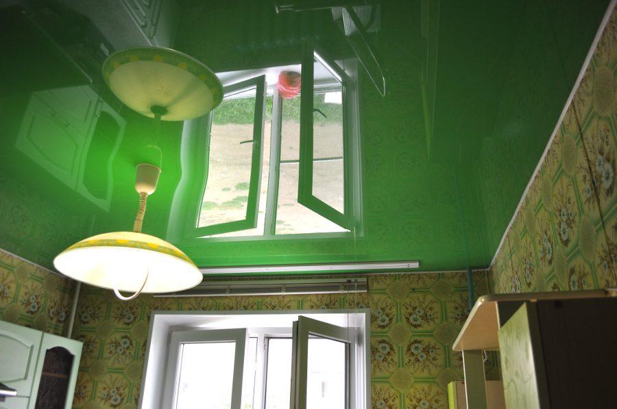 Зеленые натяжные потолки на кухне фото